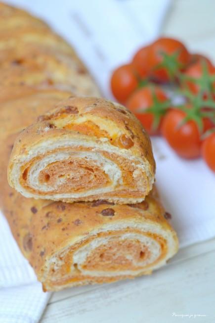 Pain roulé aux tomates & au Parmesan.