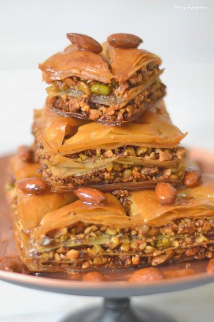 Baklavas aux pistaches, noix et amandes.