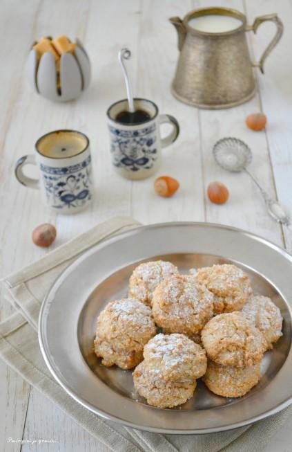 Biscuits amaretti aux noisettes & aux amandes.