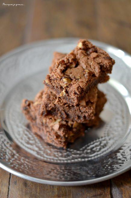 Gâteau fondant au chocolat & aux éclats de noix caramélisées.